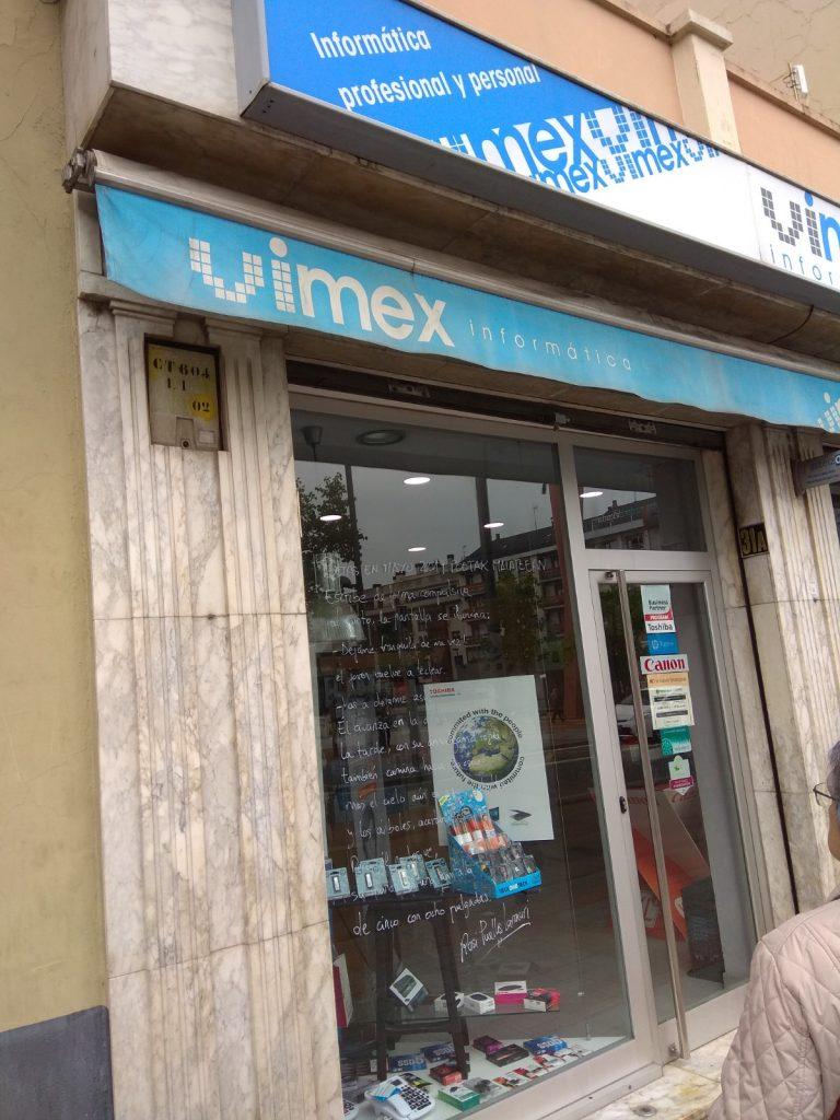 Poema Rosi Puelles en escaparate de Vimex